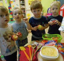 Včeličky připravují jablečný dort na Zahradní slavnost